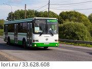 Городской автобус Лиаз 5256 на городской улице в летний день (2019 год). Редакционное фото, фотограф Артем Блинов / Фотобанк Лори