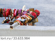 Купить «Висячие замки на перилах моста», фото № 33633984, снято 23 августа 2019 г. (c) Артем Блинов / Фотобанк Лори