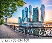 """Москва-Сити"" и ограда. Moscow City skyscrapers behind the openwork fence (2017 год). Редакционное фото, фотограф Baturina Yuliya / Фотобанк Лори"