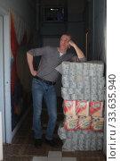 Купить «Мужчина удивленно смотрит на упаковки туалетной бумаги», эксклюзивное фото № 33635940, снято 26 апреля 2020 г. (c) Дмитрий Неумоин / Фотобанк Лори