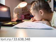 Девочка обучается на дому дистанционно, находясь в своей комнате. Стоковое фото, фотограф Иванов Алексей / Фотобанк Лори