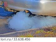Купить «Выхлопная труба автомобиля с токсичным дымом. загрязнение окружающей среды», фото № 33638456, снято 15 января 2020 г. (c) FMRU / Фотобанк Лори