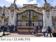 Купить «Foot guards Buckingham Palace London England United Kingdom Capital River Thames UK Europe EU.», фото № 33646916, снято 10 мая 2019 г. (c) age Fotostock / Фотобанк Лори