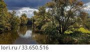 Купить «Der Fluss Ruhr mit Gewitterstimmung am Haus Fuechten, Ense, Sauerland, Nordrhein-Westfalen, Deutschland, Europa», фото № 33650516, снято 1 июня 2020 г. (c) age Fotostock / Фотобанк Лори