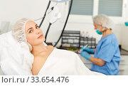 Girl expects plastic surgery in aesthetic cosmetology clinic. Стоковое фото, фотограф Яков Филимонов / Фотобанк Лори