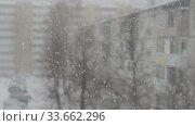 Купить «Blizzard in an urban environment. Abstract blurry winter weather background», видеоролик № 33662296, снято 29 апреля 2020 г. (c) Алексей Кокорин / Фотобанк Лори