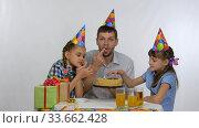 Папа и две девочки едят пальцами праздничный торт. Стоковое видео, видеограф Иванов Алексей / Фотобанк Лори