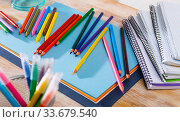 Colored pencils and sketchpads on wooden surface. Стоковое фото, фотограф Яков Филимонов / Фотобанк Лори