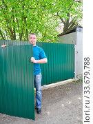 Купить «Man sets metal fence», фото № 33679788, снято 2 мая 2019 г. (c) Арестов Андрей Павлович / Фотобанк Лори