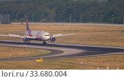 Купить «Delta Airlines Boeing 767 BCRF livery taxiing», видеоролик № 33680004, снято 19 июля 2017 г. (c) Игорь Жоров / Фотобанк Лори