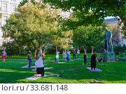 Люди делают физические упражнения в парке Бурггартен в солнечный сентябрьский день, Вена, Австрия (2018 год). Редакционное фото, фотограф Ольга Коцюба / Фотобанк Лори