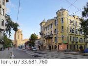 Купить «Москва, Новокузнецкая улица, дом 34, строение 1. Доходный дом Энгельбрехта», эксклюзивное фото № 33681760, снято 4 августа 2019 г. (c) Dmitry29 / Фотобанк Лори