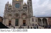 Купить «У Сиенского собора (Duomo di Siena) пасмурным сентябрьским днем. Сиена, Италия», видеоролик № 33683008, снято 24 сентября 2017 г. (c) Виктор Карасев / Фотобанк Лори
