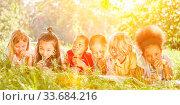 Купить «Glückliche Gruppe Kinder trinkt zusammen Wasser mit Strohhalm auf einer Wiese im Sommer», фото № 33684216, снято 25 мая 2020 г. (c) age Fotostock / Фотобанк Лори