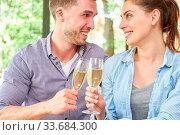 Glückliches junges paar trinkt einen Sekt zusammen und feiert Versöhnung. Стоковое фото, фотограф Zoonar.com/Robert Kneschke / age Fotostock / Фотобанк Лори