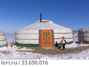 Asie, Mongolie, Ouest de la Mongolie, Montagnes de l'Altai, Yourte dans la neige avec un enfant / Asia, Mongolia, West Mongolia, Altai mountains, Yurt in the snow with a child. (2019 год). Редакционное фото, фотограф Morales / age Fotostock / Фотобанк Лори