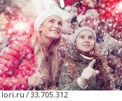 Family spending time at Christmas fair. Стоковое фото, фотограф Яков Филимонов / Фотобанк Лори
