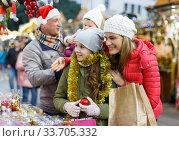 Woman and daughter at Christmas market. Стоковое фото, фотограф Яков Филимонов / Фотобанк Лори