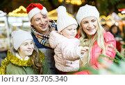 Man and his family buying Christmas tree. Стоковое фото, фотограф Яков Филимонов / Фотобанк Лори