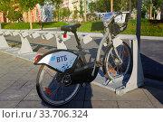 Купить «Один велосипед стоит на станции велопроката», фото № 33706324, снято 3 сентября 2019 г. (c) Юлия Юриева / Фотобанк Лори