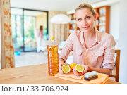 Hausmittel zum Reinigen aus Zitrone und Essig selber machen zu Hause. Стоковое фото, фотограф Zoonar.com/Robert Kneschke / age Fotostock / Фотобанк Лори