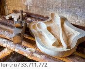 Рубанок и незаконченные изделия из дерева лежат на скамье. Стоковое фото, фотограф Вячеслав Палес / Фотобанк Лори