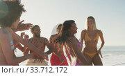 Friends dancing at beach. Стоковое видео, агентство Wavebreak Media / Фотобанк Лори