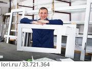 Ordinary labour demonstrating PVC profiles. Стоковое фото, фотограф Яков Филимонов / Фотобанк Лори