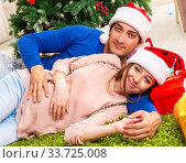 Купить «Pregnant wife celevrating christmas with husband», фото № 33725008, снято 16 июля 2018 г. (c) Elnur / Фотобанк Лори