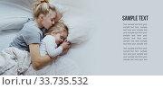 Мама и дочь спят в кровати с негативным пространством. Стоковое фото, фотограф Сергей Тиняков / Фотобанк Лори
