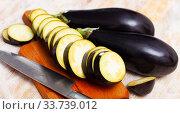 Купить «Slices of fresh eggplants on wooden surface, nobody», фото № 33739012, снято 6 июля 2020 г. (c) Яков Филимонов / Фотобанк Лори