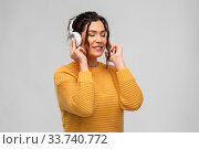 Купить «happy woman in headphones listening to music», фото № 33740772, снято 20 марта 2020 г. (c) Syda Productions / Фотобанк Лори