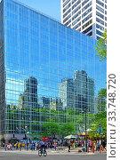 Reflection in mirror wall of skyscraper in downtown Manhattan. New York City (2019 год). Редакционное фото, фотограф Валерия Попова / Фотобанк Лори