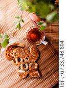 Купить «black tea on table with breadcrumbs.», фото № 33748804, снято 6 июня 2020 г. (c) Дарья Филимонова / Фотобанк Лори