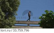 Купить «Caucasian man practicing parkour», видеоролик № 33759796, снято 31 октября 2019 г. (c) Wavebreak Media / Фотобанк Лори