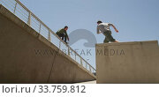 Caucasian men practicing parkour. Стоковое видео, агентство Wavebreak Media / Фотобанк Лори
