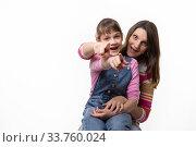 Купить «Мама и дочка весело показываю пальцем вперед, изолировано на белом фоне», фото № 33760024, снято 15 мая 2020 г. (c) Иванов Алексей / Фотобанк Лори