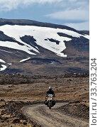 Купить «Motorrad auf Schotterpiste in wuestenhater Landschaft im Hochland im Sommer, Dyngjufjoell, Island, Europa», фото № 33763204, снято 25 мая 2020 г. (c) age Fotostock / Фотобанк Лори