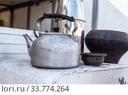 Metal kettle and other utensils on the stove. Стоковое фото, фотограф FotograFF / Фотобанк Лори