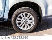 Isuzu car wheel of light alloy disc with tire Bridgestone (2019 год). Редакционное фото, фотограф FotograFF / Фотобанк Лори