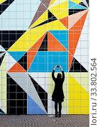 Купить «Frau fotografiert das Wandbild», фото № 33802564, снято 5 июня 2020 г. (c) age Fotostock / Фотобанк Лори