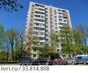 Купить «Двенадцатиэтажный одноподъездный блочный жилой дом серии II-18-01/12, построен в 1967 году. Измайловский бульвар, 77. Район Восточное Измайлово. Город Москва», эксклюзивное фото № 33814808, снято 11 мая 2020 г. (c) lana1501 / Фотобанк Лори