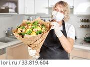 Купить «Portrait of a young woman packing the fruit bouquet in wrapping paper», фото № 33819604, снято 29 марта 2020 г. (c) Олег Белов / Фотобанк Лори