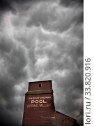 Купить «Storm Clouds Saskatchewan ominous skies and warnings», фото № 33820916, снято 1 июня 2020 г. (c) age Fotostock / Фотобанк Лори