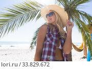 Caucasian woman enjoying time at the beach. Стоковое фото, агентство Wavebreak Media / Фотобанк Лори