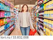 Купить «Frau als Kundin beim Einkauf mit Einkaufswagen im Discounter oder Supermarkt», фото № 33832008, снято 5 июня 2020 г. (c) age Fotostock / Фотобанк Лори