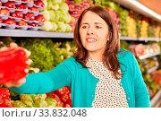 Купить «Junge Frau als Kunde und Verbraucher beim Gemüse einkaufen im Supermarkt», фото № 33832048, снято 5 июня 2020 г. (c) age Fotostock / Фотобанк Лори