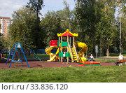 Москва. Детская площадка во дворе (2019 год). Редакционное фото, фотограф Елена Орлова / Фотобанк Лори