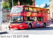 Купить «City Sightseeing bus parked up at the city street», фото № 33837848, снято 7 июля 2019 г. (c) FotograFF / Фотобанк Лори