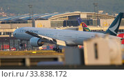Купить «Airplane approaching and landing», видеоролик № 33838172, снято 21 июля 2017 г. (c) Игорь Жоров / Фотобанк Лори